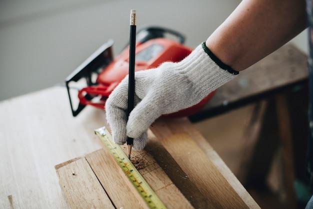 Mulher, medindo, um, prancha madeira