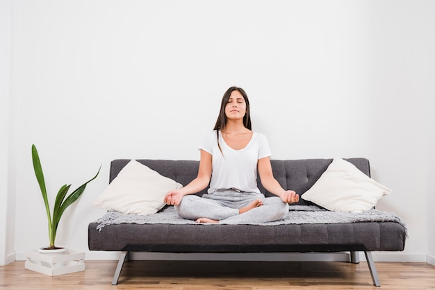 Mulher meditando em casa