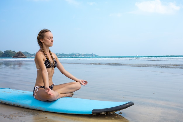 Mulher meditando em lótus