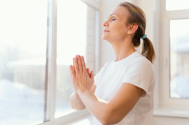 Mulher meditando em tiro médio