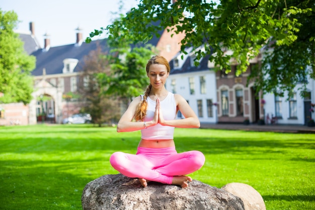 Mulher, meditar, e, ioga, asana, exercisers, parque