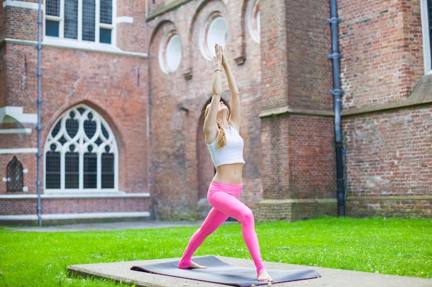 Mulher, meditar, e, ioga, exercisers, em, rua cidade
