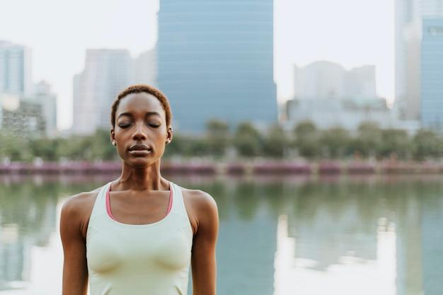 Mulher, meditar, em, a, urbano, parque