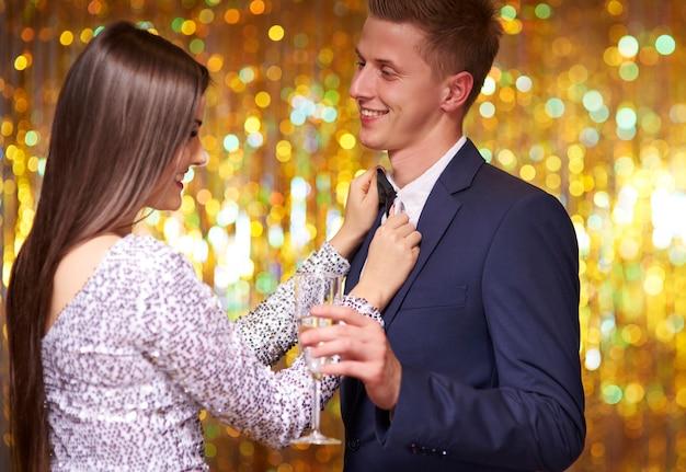 Mulher melhorando o arco do namorado