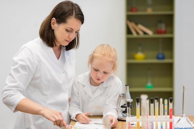 Mulher menina, em, laboratório