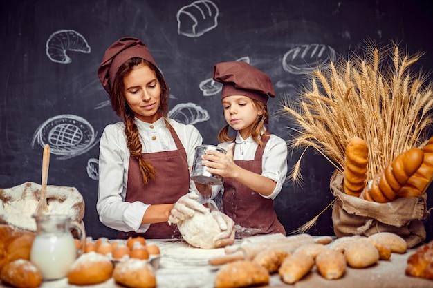 Mulher menina, fazer bolos, junto