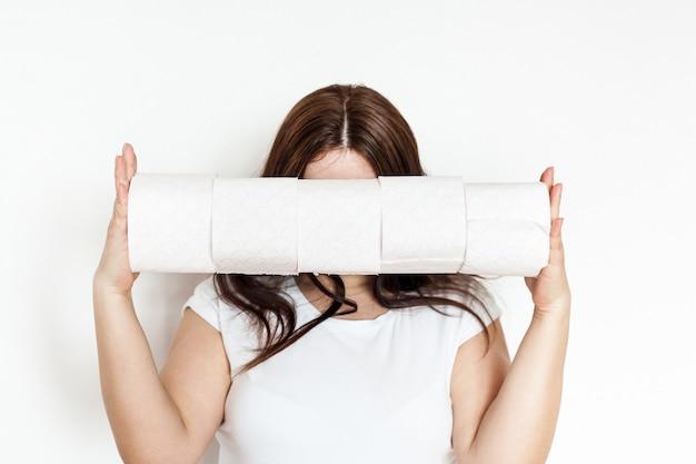 Mulher, menina, homem segurando rolos de papel higiênico, casa, suprimentos em caso de quarentena, sentado em casa, provisão e higiene, produtos de higiene pessoal, limpeza, conforto, mãos limpas, encanamento