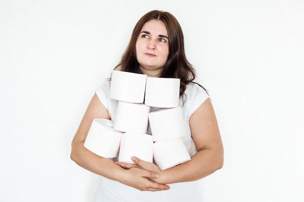 Mulher, menina, homem segurando rolos de papel higiênico, casa, suprimentos em caso de quarentena