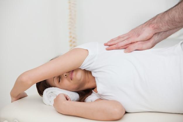 Mulher, mentindo, lado, enquanto, sendo, massaged