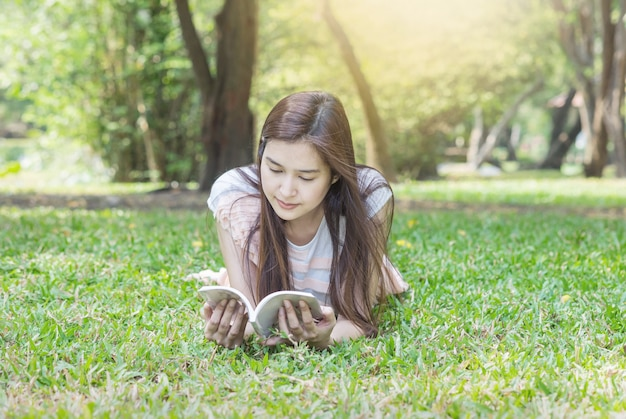 Mulher, mentindo, ligado, campo grama, para, leitura, parque