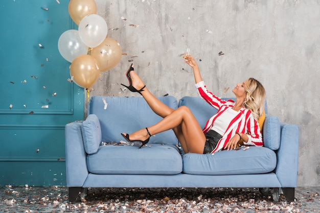 Mulher, mentindo, ligado, sofá, com, champanhe