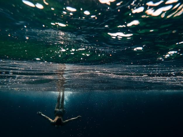Mulher mergulhando no mar
