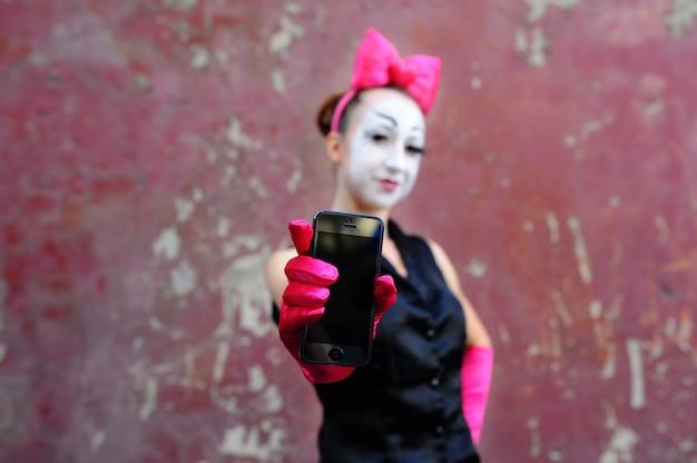 Mulher, mime, com, telefone móvel, em, mão