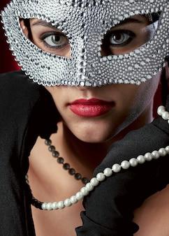 Mulher misteriosa com máscara de carnaval