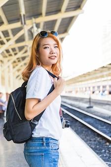 Mulher, mochila, câmera, plataforma