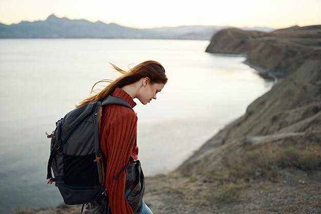 Mulher mochila de turista nas montanhas, lazer ativo, viagens, natureza