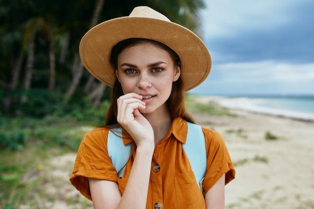 Mulher mochila de turista viajar aventura na ilha ensolarada dos trópicos