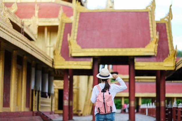 Mulher, mochileiro viajando, com, chapéu, asiático, viajante, ficar, em, mandalay