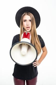 Mulher modelo com cabelo dourado vestida de preto fala no alto-falante isolado no branco