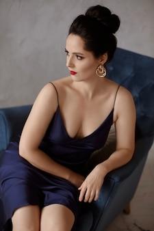 Mulher modelo com maquiagem fashion perfeita e penteado moderno na espera da festa de ano novo