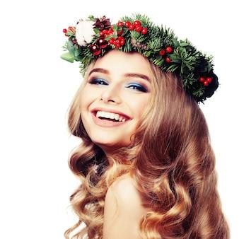 Mulher modelo sorridente com guirlanda de natal isolada no branco beleza loira feliz