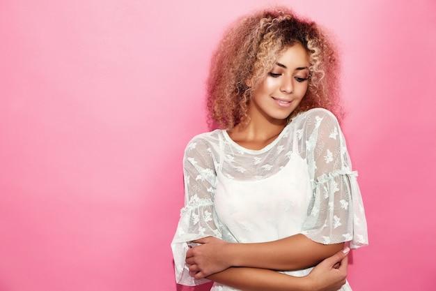 Mulher modelo sorridente em roupas da moda no verão