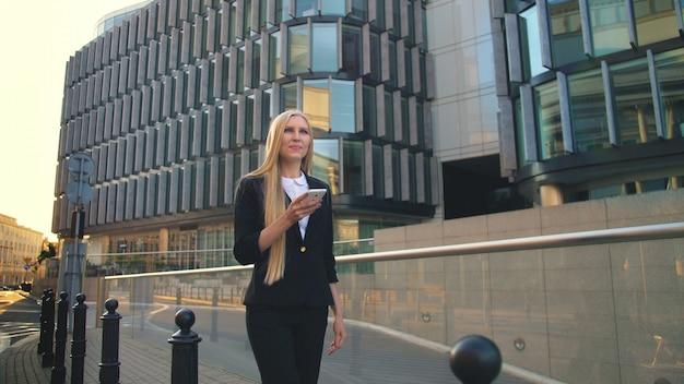 Mulher moderna andando na rua urbana contemporânea