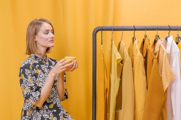 Mulher moderna ao lado do guarda-roupa