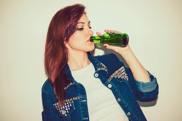 Mulher moderna bebendo cerveja