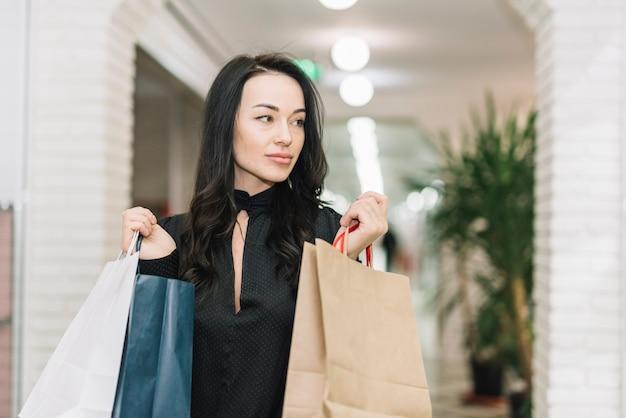Mulher moderna, com, sacolas, em, loja