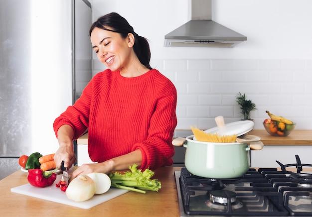 Mulher moderna cozinhar
