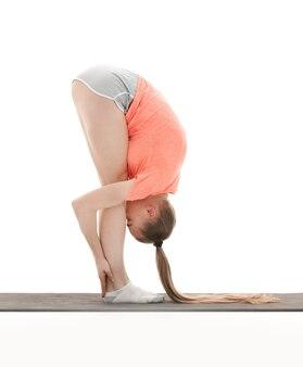 Mulher moderna de fitness fazendo exercícios de alongamento muscular