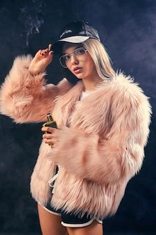 Mulher moderna de rap com casaco de pele rosa e capa preta