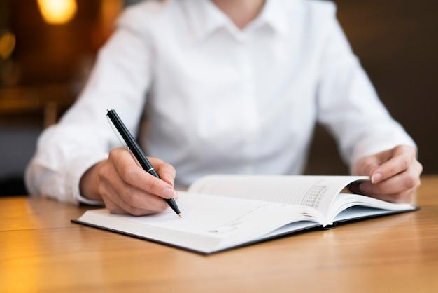 Mulher moderna, escrevendo na agenda