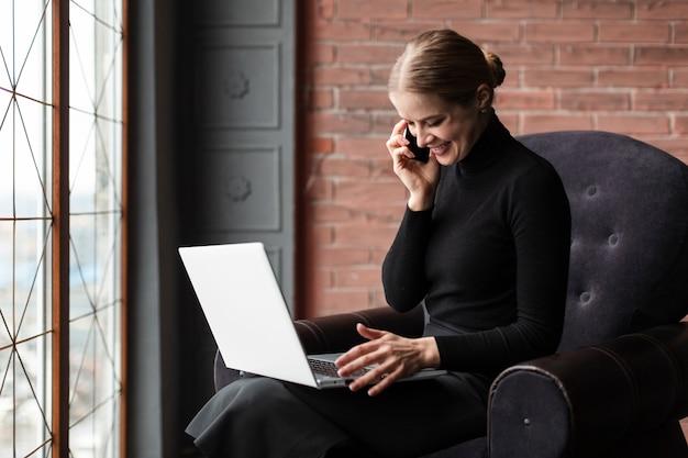 Mulher moderna falando por telefone