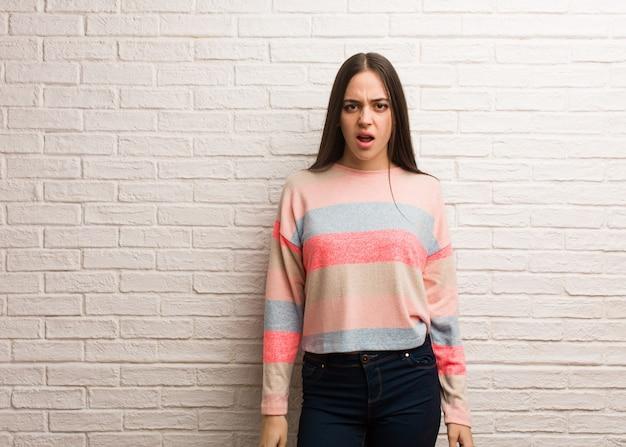 Mulher moderna nova gritando muito irritado e agressivo