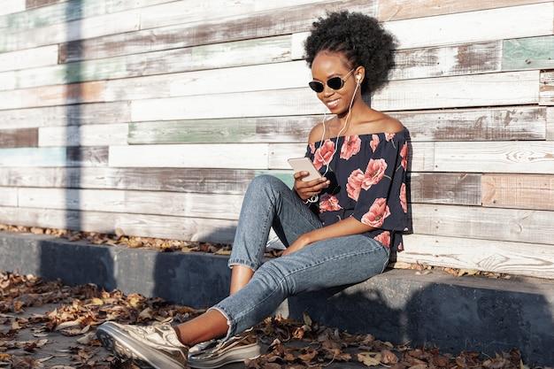 Mulher moderna, olhando em seu telefone