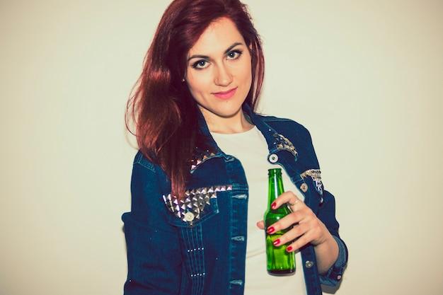 Mulher moderna posando com cerveja