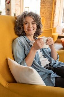 Mulher moderna tomando café