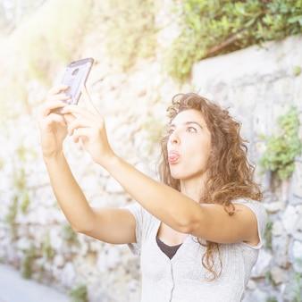 Mulher moderna tomando uma selfie