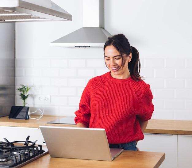 Mulher moderna, usando computador portátil