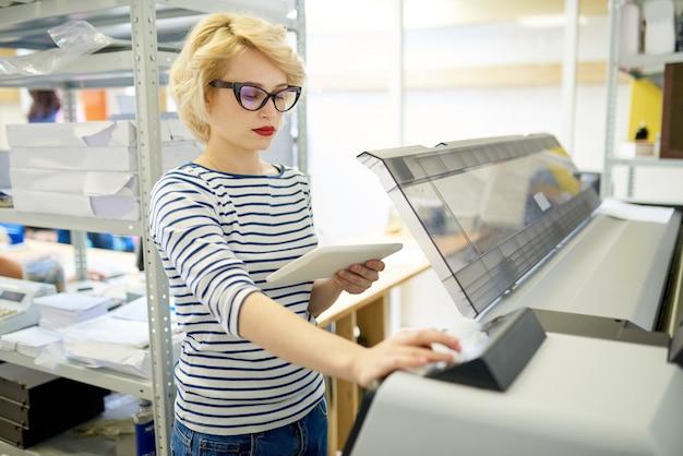 Mulher moderna usando plotadora