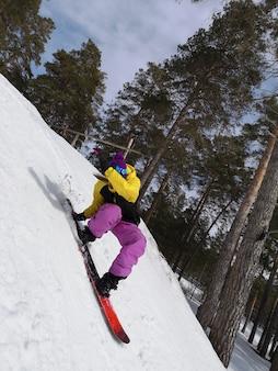 Mulher, montando, snowboard esportes de inverno. menina, engrenagem, snowboard