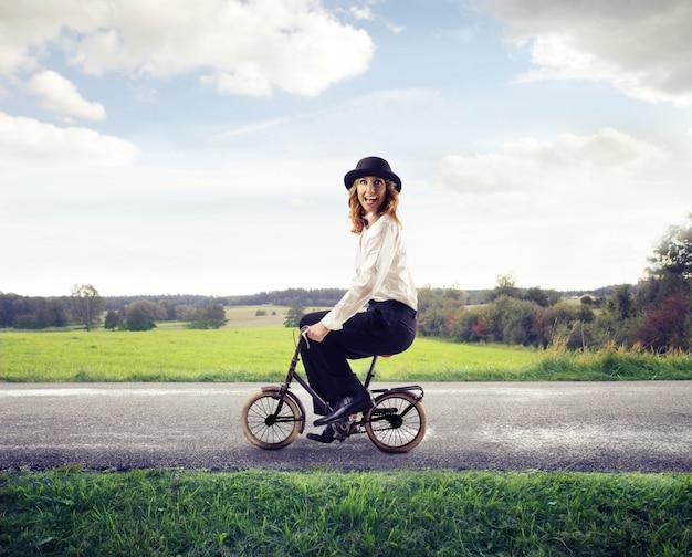 Mulher, montando, um, minúsculo, bicicleta