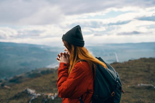 Mulher montanhas paisagem nuvens céu outono ar fresco turismo viagens