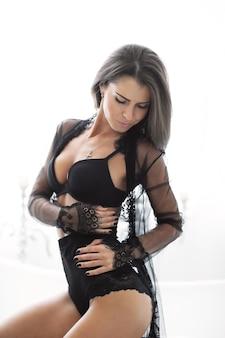 Mulher morena adulta em lingerie preta sexy