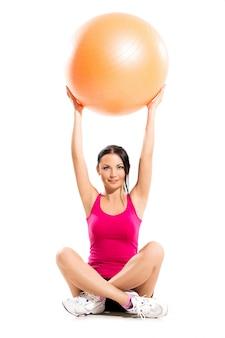 Mulher morena bonita durante exercícios de fitness