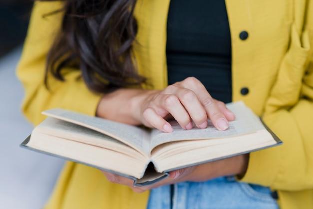 Mulher morena close-up com livro