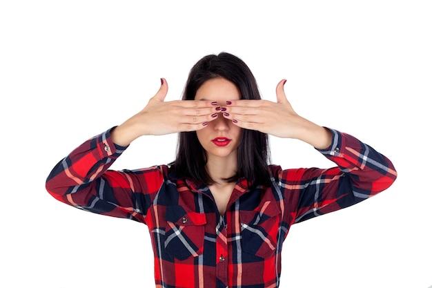 Mulher morena, cobrindo os olhos com uma camisa xadrez vermelha