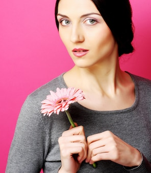 Mulher morena com flores